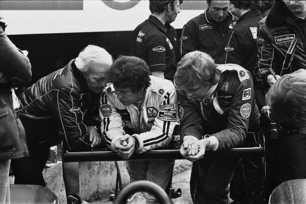 Brands Hatch, England.14-16 July 1978.Mario Andretti and Ronnie Peterson (both Lotus 79 Ford's) chat with team boss Colin Chapman i9n the pits, portrait.World Copyright: LAT Photographic.Ref: L78 - 741 - 34-34A.