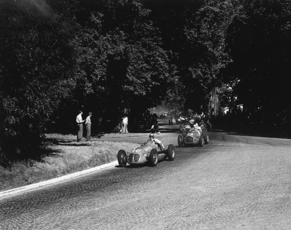 1949 Swiss Grand Prix. Bremgarten, Bern, Switzerland. 2-3 July 1949. Emmanuel de Graffenried (Maserati 4CLT/48) leads early on. He finished in 7th position. Ref-1702B/W.C24777 World Copyright - LAT Photographic