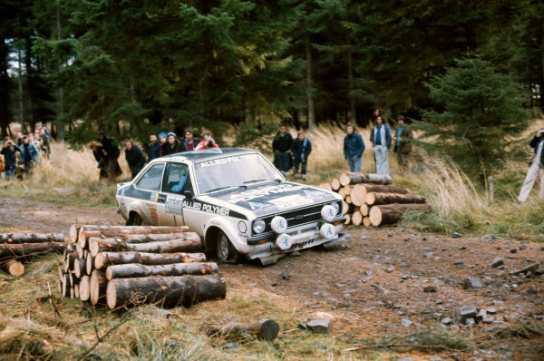 Lombard RAC Rally, Great Britain. 22nd - 26th November 1975.Timo Makinen/Henry Liddon (Ford Escort RS1800), 1st position, suffers from punctured front tyre, action.World Copyright: LAT PhotographicRef: 35mm transparency 75RALLY08