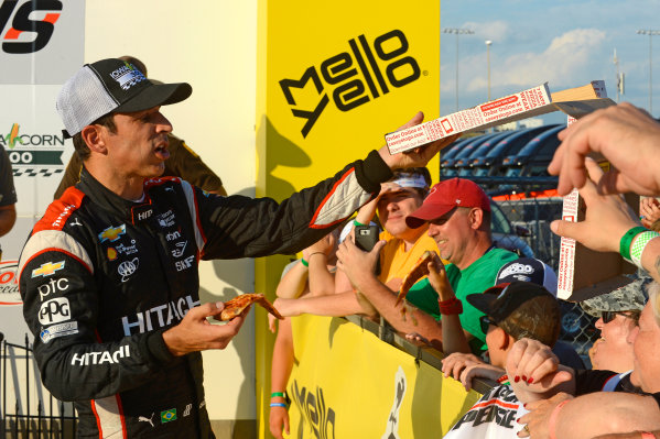 Verizon IndyCar Series Iowa Corn 300 Iowa Speedway, Newton, IA USA Sunday 9 July 2017 Winner Helio Castroneves, Team Penske Chevrolet shares pizza with the fans in Victory Lane. World Copyright: F. Peirce Williams LAT Images