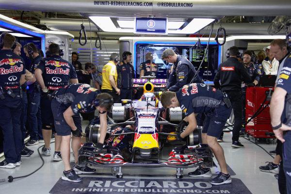 Daniel Ricciardo, Red Bull RB11 Renault, in the garage with mechanics.