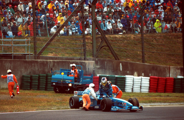 Suzuka, Japan.6-8 October 2000.Alexander Wurz (Benentton B200 Playlife) exits his car as marshals attempt to clear it off the track.World copyright - LAT Photographic