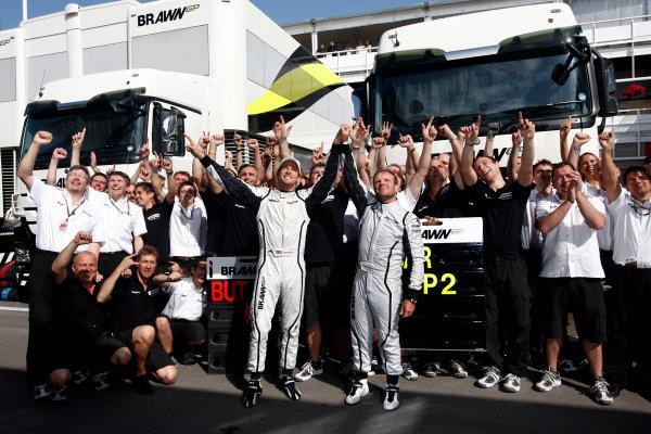 Circuit de Catalunya, Barcelona, Spain10th May 2009Jenson Button, Brawn GP BGP001 Mercedes and Rubens Barrichello, Brawn GP BGP001 Mercedes celebrate with Ross Brawn, Team Principal, Brawn GP and the team.World Copyright: Andrew Ferraro/LAT Photographicref: Digital Image _H0Y6299