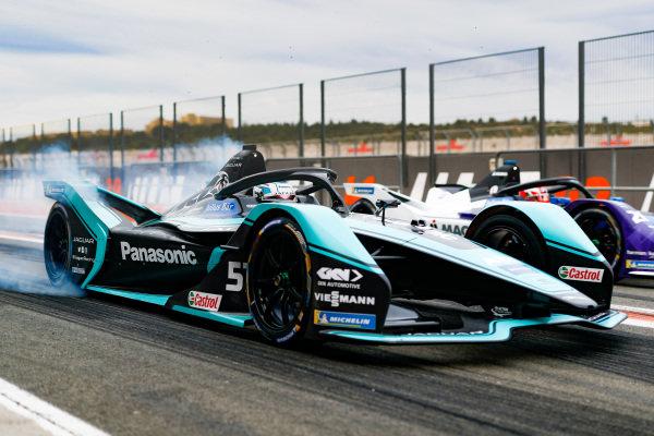 James Calado (GBR), Panasonic Jaguar Racing, Jaguar I-Type 4, burn out in the pit lane next to Maximilian Günther (DEU), BMW I Andretti Motorsports, BMW iFE.20