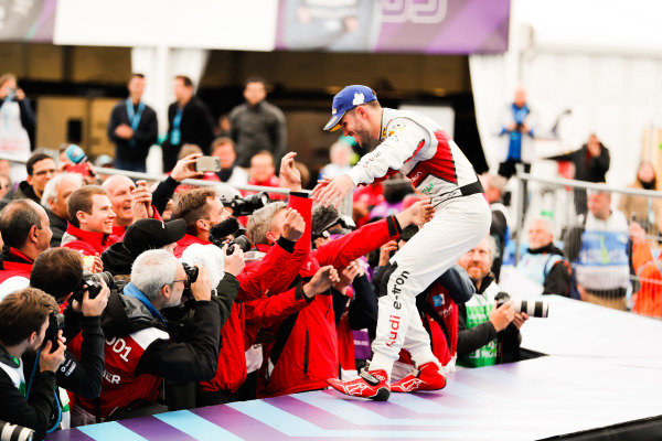 Daniel Abt (DEU), Audi Sport ABT Schaeffler, 3rd position, makes his way to the podium and celebrates with his team