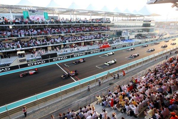 Lewis Hamilton (GBR) McLaren MP4/24 leads away at the start of the race. Formula One World Championship, Rd 17, Abu Dhabi Grand Prix, Race, Yas Marina Circuit, Abu Dhabi, UAE, Sunday 1 November 2009. BEST IMAGE