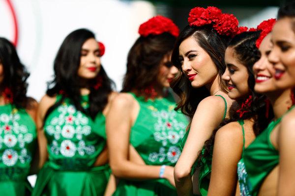 Autodromo Hermanos Rodriguez, Mexico City, Mexico. Sunday 29 October 2017. Mexican promotional girls at work. World Copyright: Sam Bloxham/LAT Images  ref: Digital Image _J6I9671