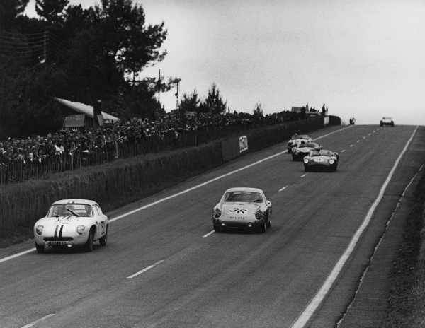 Le Mans, France. 10th - 11th June 1961.Herbert Linge/Ben Pon (Porsche 695 GS), 10th position, leads Roy Salvadori/Tony Maggs (Aston Martin DBR1/30), retired, action. World Copyright: LAT Photographic.Ref:  9219 - 36-4.