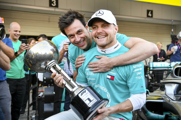 Race winner Valtteri Bottas, Mercedes AMG F1 and Toto Wolff, Executive Director (Business), Mercedes AMG with the trophy during the team photograph