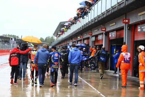 Riders leaving briefing.