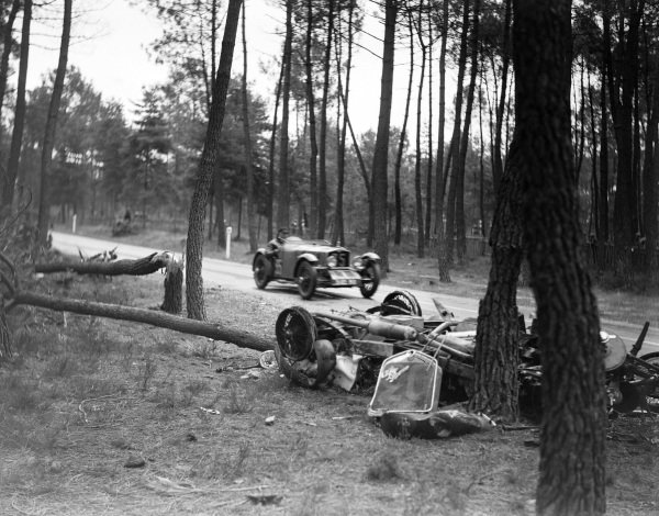 """Félix Quinault / Pierre Padrault, Tracta, Tracta 3183RG, passes the wreckage of Mme Odette Siko / """"Sabipa""""'s Alfa Romeo 6C 1750."""
