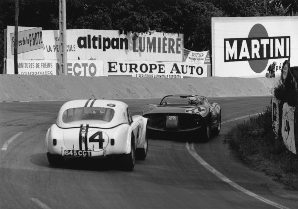 Le Mans, France. 15th - 16th June 1963.Ed Hugus/Peter Jopp (AC Cobra Ford), retired, follows Mike Parkes/Umberto Maglioli (Ferrari 250P), 3rd position, action. World Copyright: LAT Photographic.Ref:  19314.