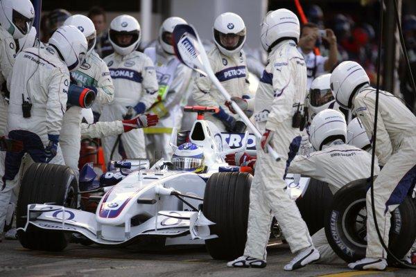 2006 Japanese Grand Prix - Sunday Race Suzuka, Japan. 5th - 8th October 2006 Nick Heidfeld, Sauber F1.06-BMW, 8th position, pit stop action. World Copyright: Lorenzo Bellanca/LAT Photographic. ref: Digital Image ZD2J5970