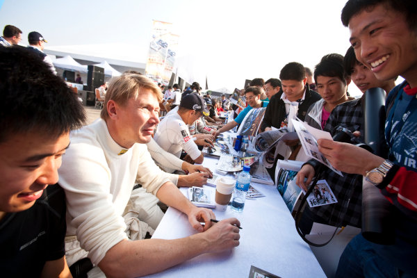 6 Hours of Zhuhai.Zhuhai, China. 11th - 13th November 2011. Mika Hakkinen, Team AMG China, Mercedes SLS AMG GT3 at the autograph session with the fans.Portrait. Drew Gibson/LAT Photographic. ref: Digital Image _Y8P9718