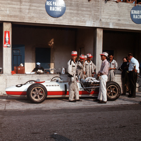 Monza, Italy. 2-4 September 1966.Mechanics work on the Honda RA273 of Richie Ginther in the pits.Ref-3/2337.World Copyright - LAT Photographic