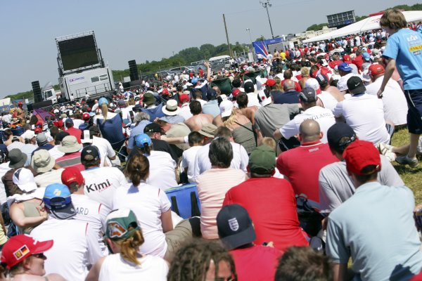 2006 British Grand Prix - Saturday Qualifying Silverstone, England. 8th - 11th June. Fans watch the England versus Paraguay World Cup match, atmosphere. World Copyright: Lorenzo Bellanca/LAT Photographic ref: Digital Image ZD2J3530