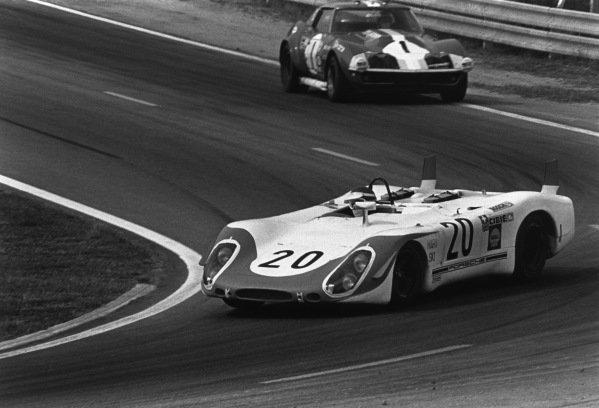 Le Mans, France. 14-15 June 1969.Jo Siffert/Brian Redman (Porsche 908), retired, leads Henri Greder/Reine Wisell (Chevrolet Corvette), retired, action. World Copyright: LAT PhotographicRef: 2527 - 37A-38.