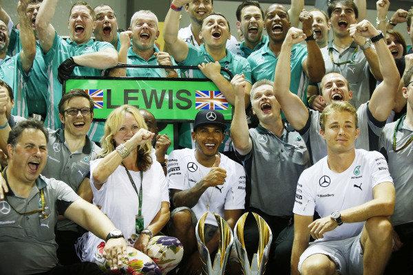 Marina Bay Circuit, Singapore. Sunday 21 September 2014. Lewis Hamilton, Mercedes AMG, his mum, Nico Rosberg, Mercedes AMG, and the Mercedes team celebrate victory. World Copyright: Charles Coates/LAT Photographic. ref: Digital Image _N7T5542