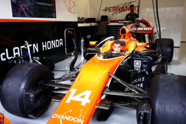 Silverstone, Northamptonshire, UK.  Sunday 16 July 2017. A young fan sits in the cockpit of the Fernando Alonso McLaren MCL32 Honda. World Copyright: Andy Hone/LAT Images  ref: Digital Image _ONZ6670