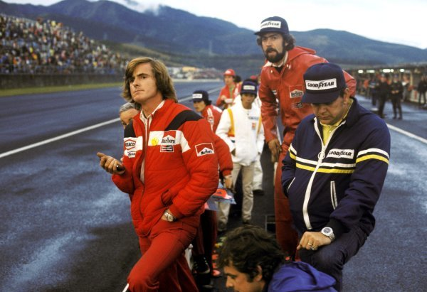 Alastair Caldwell (NZL) McLaren Team Manager (Left) watches on anxiously from the McLaren pit wall monitoring the progress of third placed World Champion James Hunt (GBR) McLaren. Japanese Grand Prix, Rd 16, Fuji, Japan, 24 October 1976. BEST IMAGE