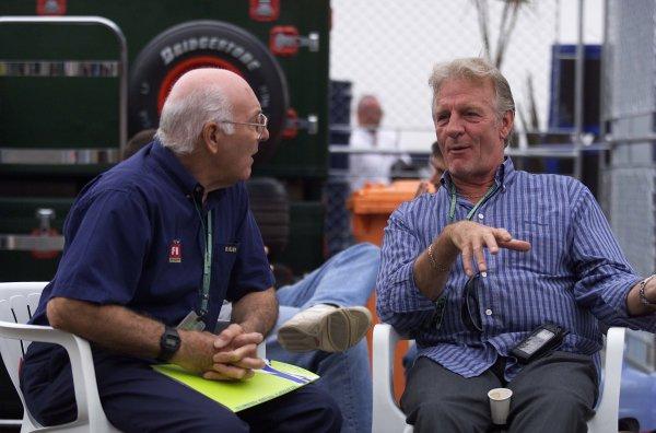 2000 Brazilian Grand Prix.Interlagos, Sao Paulo, Brazil.24-26 March 2000.Murray Walker has a chat with Jenson's dad, John Button.World Copyright - LAT Photographic