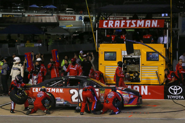 #20: Erik Jones, Joe Gibbs Racing, Toyota Camry Craftsman pit stop