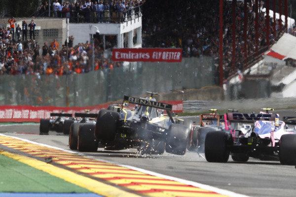 Daniel Ricciardo, Renault R.S.19, sustains an impact on the opening lap