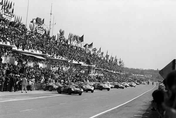 Pedro Rodriguez (MEX) / Roger Penske (USA) (#10) Ferrari 330 TRI/LM leads away at the start of the race. Le Mans 24 Hours, Le Mans, France, 16-17 June 1963.