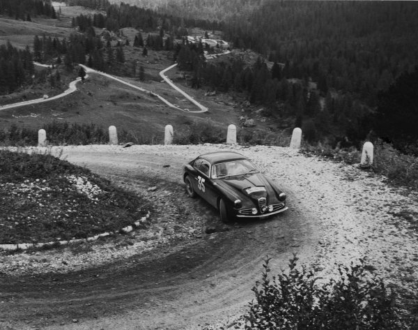 Passo di Giau, Cortina d' Ampezzo, Italy. September 1957.Cotton/Leclaire (Alfa Romeo), 6th overall, action.World Copyright: LAT Photographic.Ref:  Autocar Glass Plate C50118.