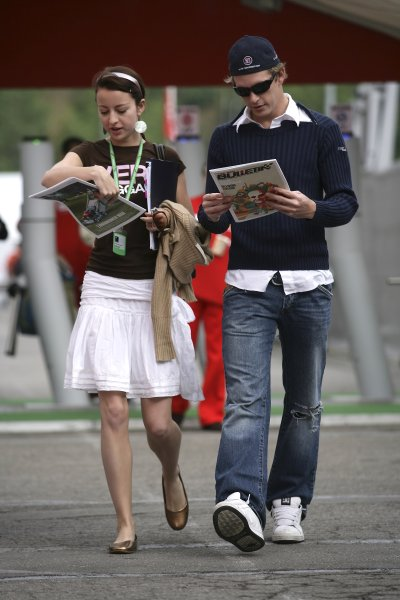 2006 Spanish Grand Prix - Friday Practice Circuit de Catalunya, Barcelona, Spain. 11th - 14th May 2006 Scott Speed, Toro Rosso STR01-Cosworth, and girlfriend Valentina read the Red Bulletin, portrait. World Copyright: Charles Coates/LAT Photographic ref: Digital Image ZK5Y4987