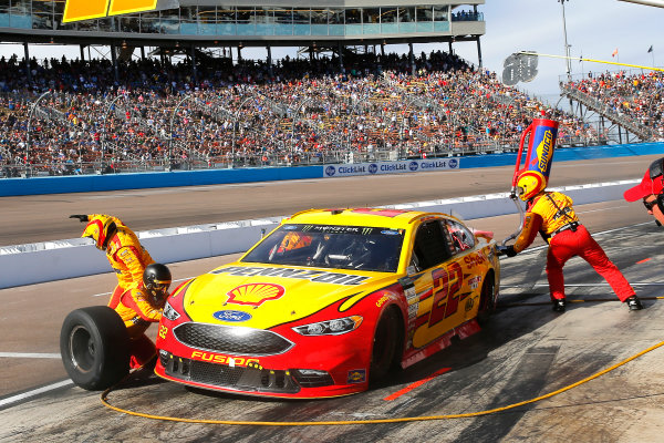 Monster Energy NASCAR Cup Series Can-Am 500 Phoenix Raceway, Avondale, AZ USA Sunday 12 November 2017 Joey Logano, Team Penske, Shell Pennzoil Ford Fusion pit stop World Copyright: Russell LaBounty LAT Images