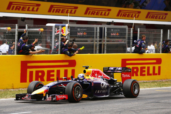 Circuit de Catalunya, Barcelona, Spain. Sunday 11 May 2014. Daniel Ricciardo, Red Bull Racing RB10 Renault, 3rd Position, takes the chequered flag. World Copyright: Andy Hone/LAT Photographic. ref: Digital Image _ONZ1804