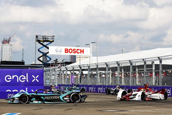 Mitch Evans (NZL), Jaguar Racing, Jaguar I-TYPE 5, leads Sergio Sette Camara (BRA), Dragon Penske Autosport, Penske EV-5