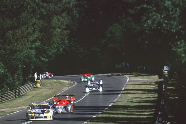 2000 Le Mans 24 Hours.Le Mans, France.17-18 June 2000.Thierry Perrier/Jean-Louis Ricci/Romano Ricci (Porsche 911 GT3-R) leads Stefan Johansson/Guy Smith/Jim Matthews (Reynard 2KQ-LM-Judd).World - Bloxham/LAT Photographic