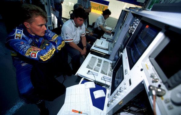 1995 Portuguese Grand Prix.Estoril, Portugal.22-24 September 1995.Johnny Herbert (Benetton Renault) analyses his telemetry.World Copyright - LAT Photographic
