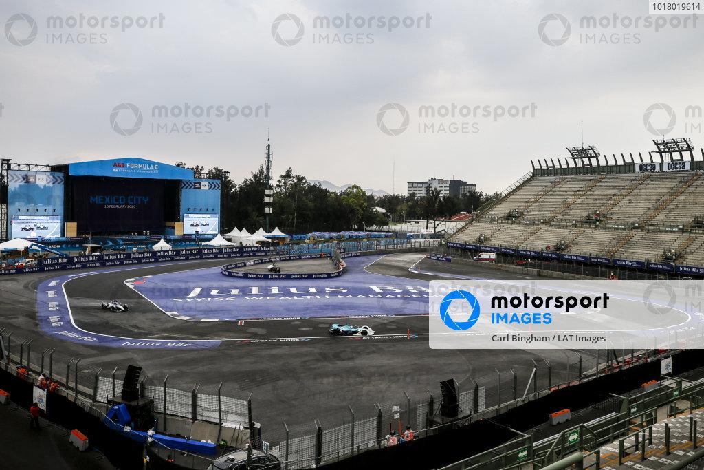 Oliver Turvey (GBR), NIO 333, NIO FE-005 leads Nyck de Vries (NLD), Mercedes Benz EQ, EQ Silver Arrow 01