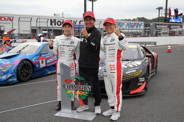 GT300 Driver's champions Shinichi Takagi & Nirei Fukuzumi, Autobacs Racing Team Aguri Honda NSX GT3 celebrate in parc ferme with team boss Aguri Suzuki