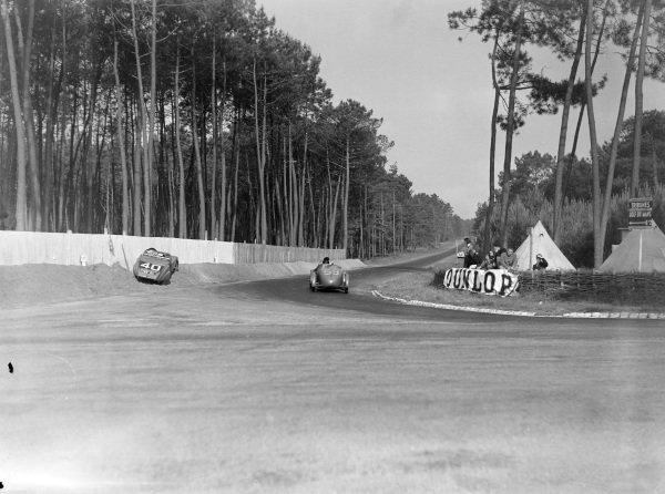 Jean Viale / Albert Alin, A. Gordini, Simca Cinq Fiat, passes the stranded car of G. Cottiet / Charles Roux, Yves Giraud-Cabantous, Chenard & Walcker.