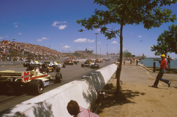 Detroit, Michigan, USA.22-24 June 1984.Nigel Mansell glanced poleman Nelson Piquet's (Brabham BT53 BMW) quite heavily, causing him to crash at the start. This also caused Alboreto and Surer to go out as well. The race was immediately red flagged.Ref-84 USA 03.World Copyright - LAT Photographic