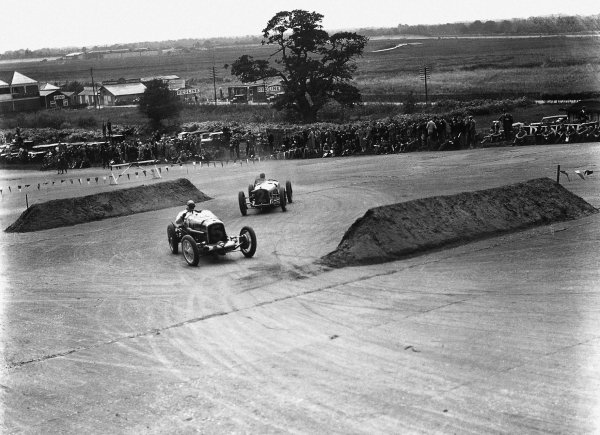 Brooklands, Great Britain.7 August 1926.Frank Halford (Halford Special) leads Robert Benoist (Delage 15S8). Benoist finished in 3rd position.World Copyright: LAT Photographic.Ref: Autocar Glass Plate A6529.