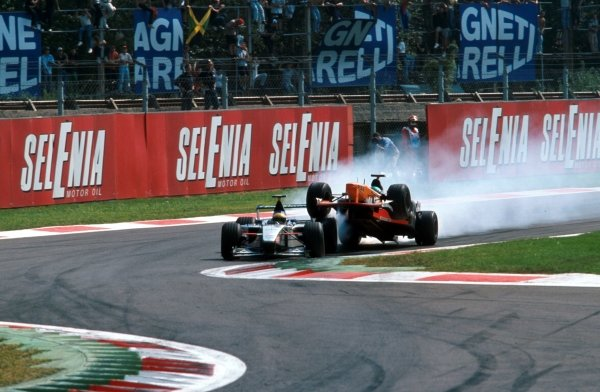 Tora Takagi (JPN) Arrows A20 mounts Luca Badoer's Minardi at the first chicane Italian GP, Monza, 12 September 1999