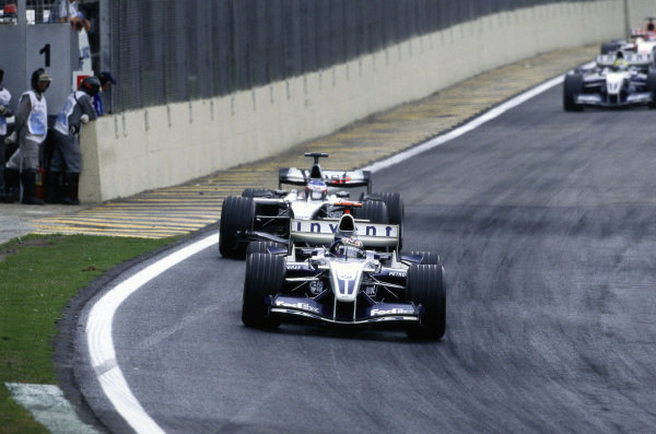 Juan Pablo Montoya, Williams FW26 BMW leads Kimi Räikkönen, McLaren MP4-19B Mercedes.