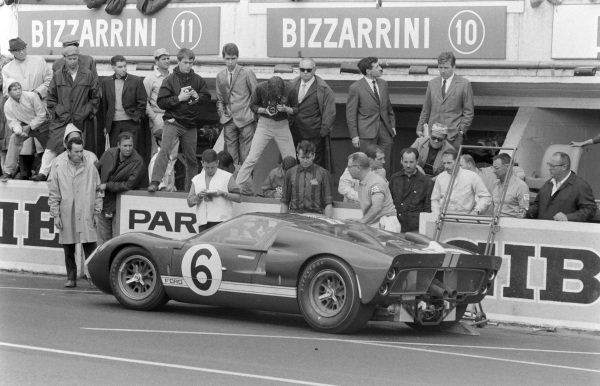 Mario Andretti / Lucien Bianchi, Holman & Moody, Ford Mk II, makes a pitstop.