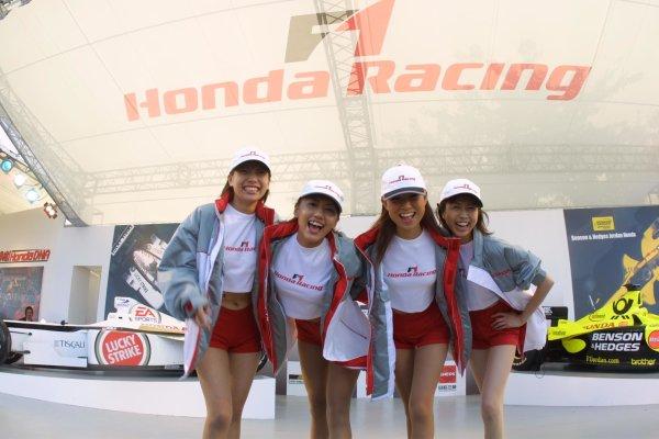 2001 Japanese Grand Prix - Saturday / QualifyingSuzuka, Japan. 21st October 2001.Honda girls.World Copyright - LAT Photographicref: 8 9 MB Digital