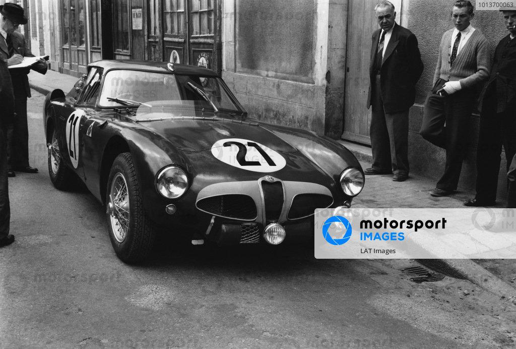 Le Mans, France. 13th - 14th June 1953 Consalvo Sanesi/Piero Carini (Alfa Romeo 6C 30), retired, action. World Copyright: LAT Photographic Ref: Autocar Glass Plate C36065.
