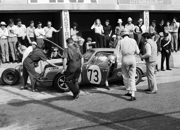 Gèrard Larrousse / Dieter Spoerry, Porsche 911 T, changing drivers during a pitstop.