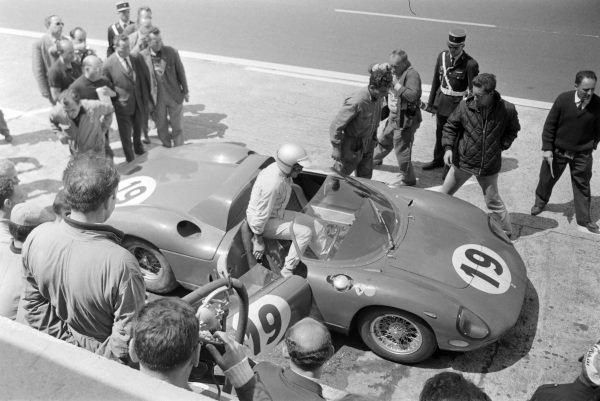 John Surtees / Lorenzo Bandini, Scuderia Ferrari, Ferrari 330P, in the pits.