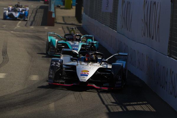 Sébastien Buemi (CHE), Nissan e.Dams, Nissan IMO1 leads Alex Lynn (GBR), Panasonic Jaguar Racing, Jaguar I-Type 3