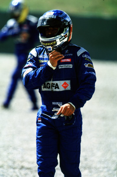 2000 Austrian Grand Prix.A1-Ring, Zeltweg, Austria.14-16 July 2000.Jean Alesi (Prost Peugeot) walks away after retiring, because he had a collision with his team mate Nick Heidfeld (behind).World Copyright - LAT PhotographicFormat: 35mm Transparency