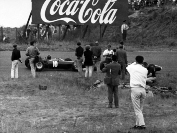 1965 Dutch Grand Prix.Zandvoort, Holland. 18 July 1965.Graham Hill, BRM P261, 4th position, photographers, action.World Copyright: LAT PhotographicRef: Autocar b&w print